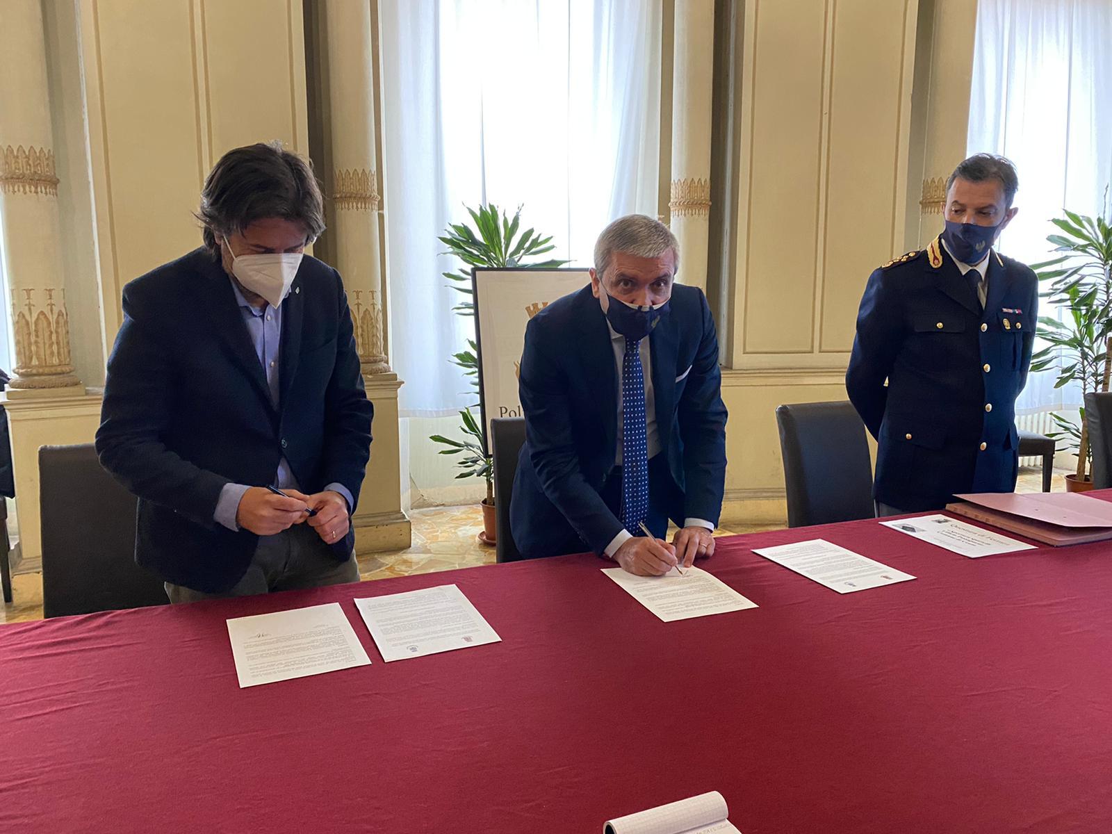 firma sindaco e questore a Ferrara del protocollo passaporti