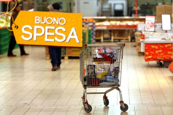 carrello con spesa nel supermercato e scritta Buono Spesa