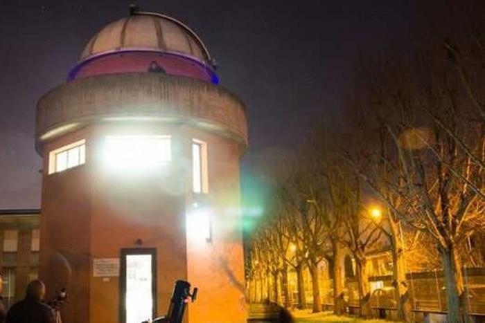 esterno dell'Osservatorio a colori con astrofili e telescopio