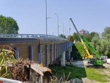 lavori gru passerella del ponte vecchio tra Cento e Pieve di Cento