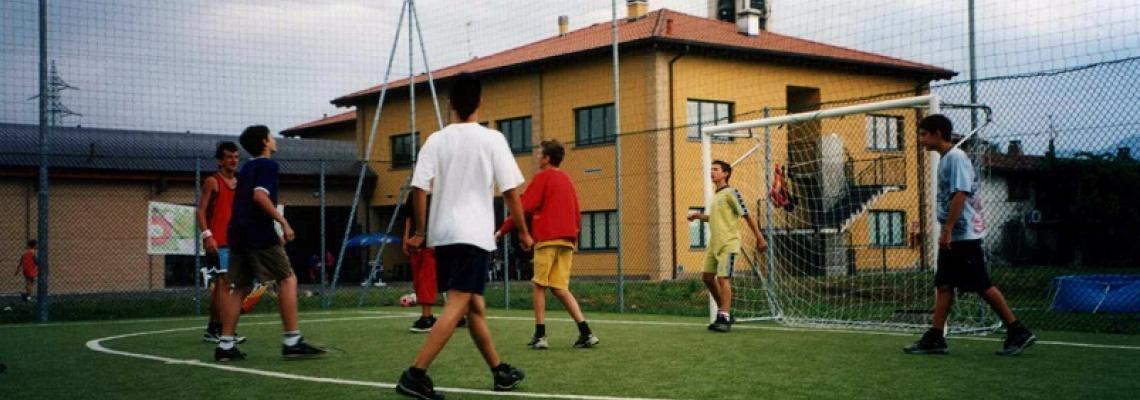 ragazzini che giocano a calcio