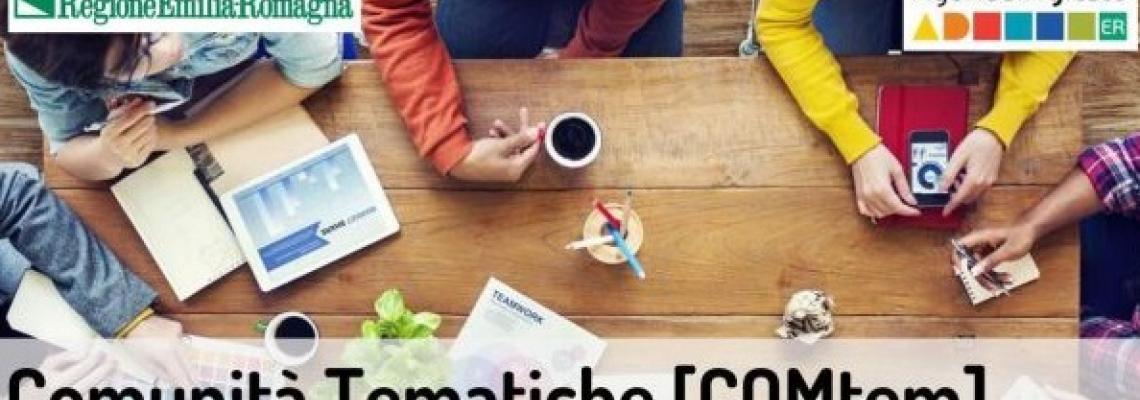 persone sedute su un tavolo