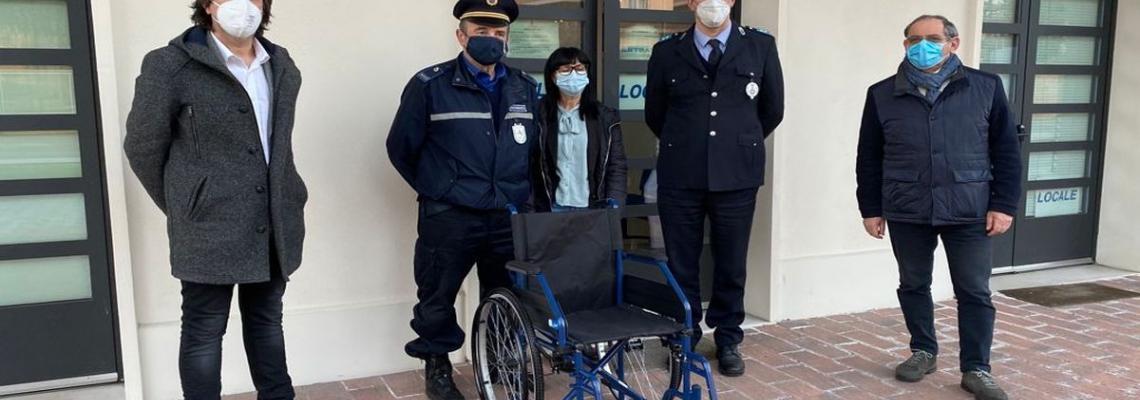 carrozzina per disabili donata da Agriambiente al Comune davanti alla sede della Polizia Locale