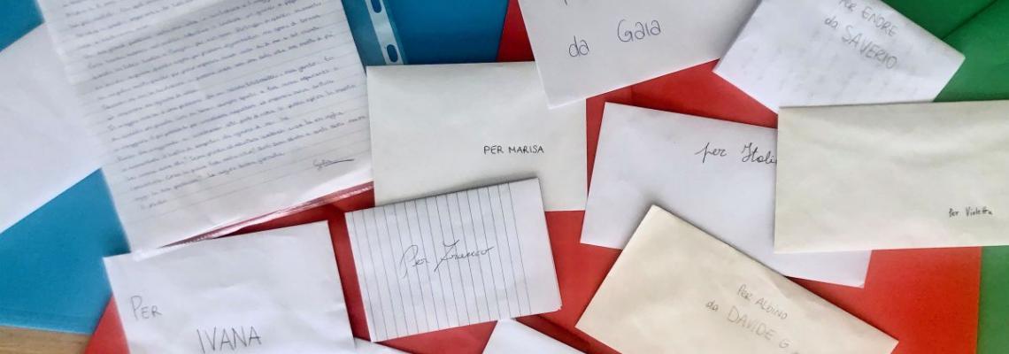 buste lettere e fogli scritti a mano