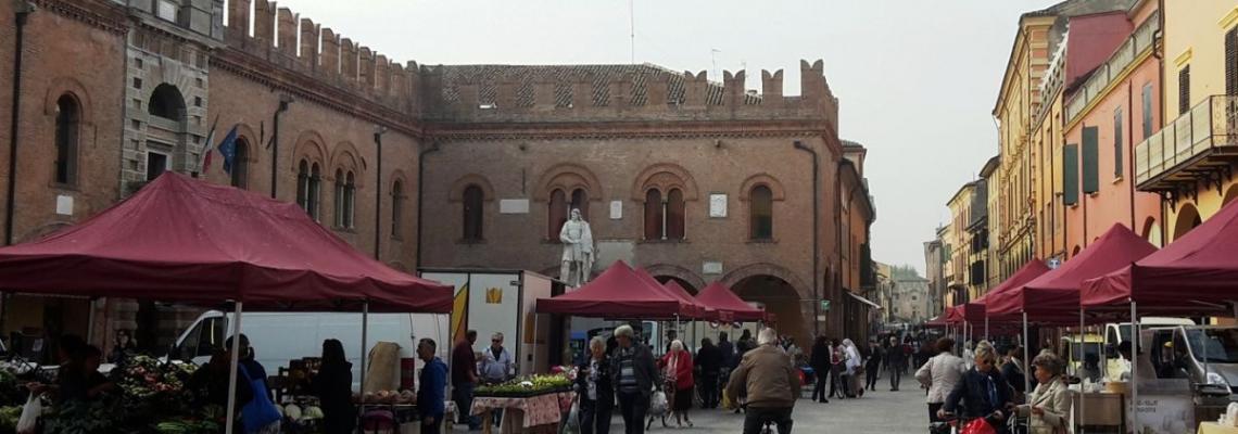 fotografia mercato contadino in piazza Guercino a Cento