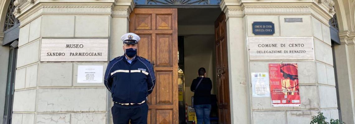 Delegazione di Renazzo con agente municipale davanti